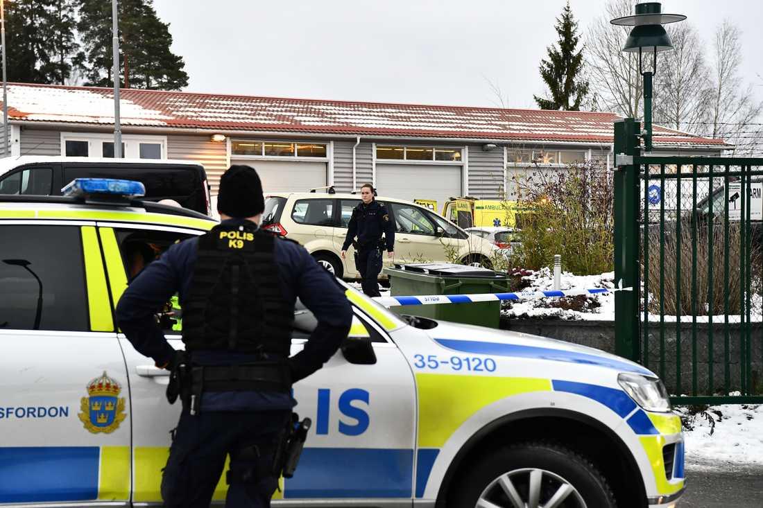 En man har knivskurits i Vallentuna och förts med ambulanshelikopter till sjukhus.
