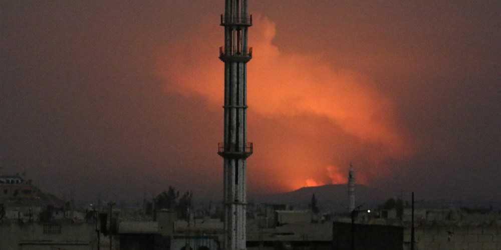 Rök stiger mot himlen efter att den syriska basen attackerats med robotar