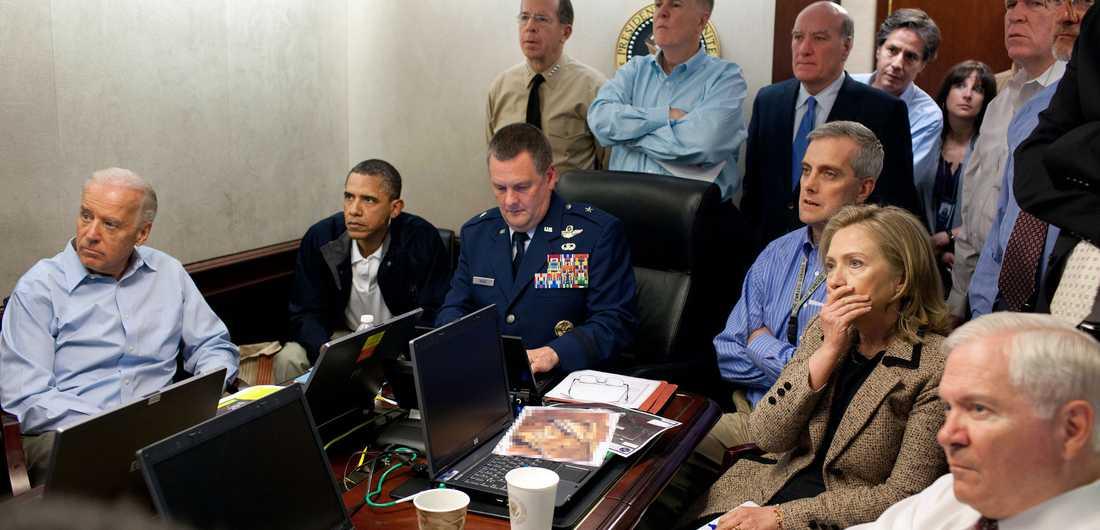 """President Barack Obama, utrikesminister Hillary Clinton och deras närmaste medarbetare samlades i Vita husets """"Situation room"""" för att följa Usama bin Ladins död."""