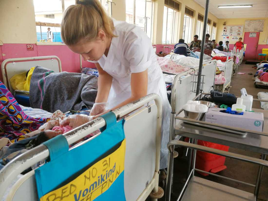Madeleine Nilsson med ett nyförlöst barn.