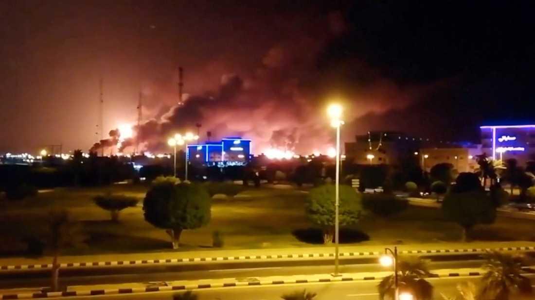 Här brinner oljeraffinaderi i Saudiarabien.