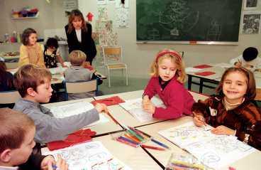 satsning på skolan 8,5 miljarder går till kommunerna som ska satsa på fler lärare i förskolan och en sänkning av arbetsgivaravgiften.