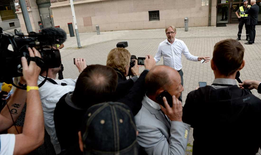 Odd Guteland, presschef i statsrådsberedningen, klev ut till pressuppbådet framför Rosenbad strax före klockan 19.