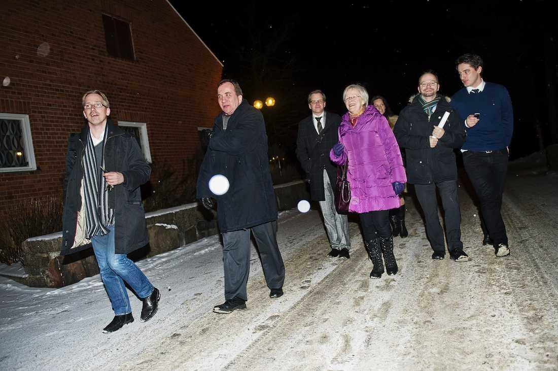 KAN TA ÖVER EFTER JUHOLT IF Metalls ordförande Stefan Löfven (tvåa från vänster) och resten av S-toppen lämnar Vår Gård i Saltsjöbaden efter nattens möte. Han pekas nu ut som ny Socialdemokratisk ordförande.