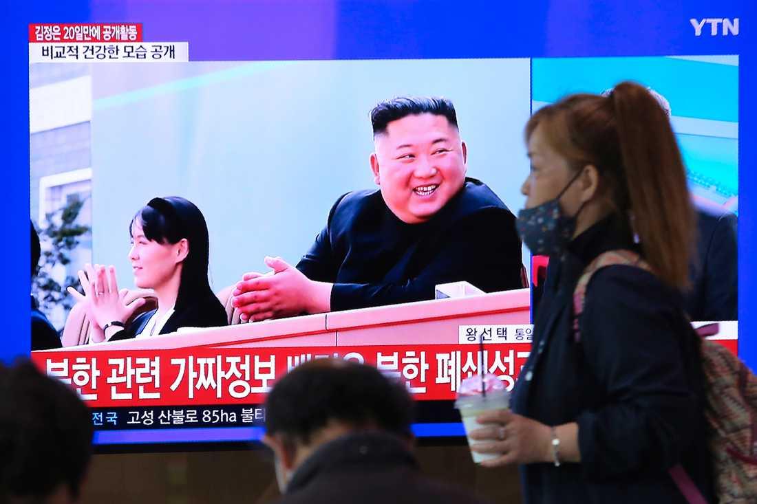 En sydkoreansk tv-sändning om läget i grannlandet. I tv-bilden syns Kim Jong-Un, närmast kameran, och hans syster Kim Yo-Jong vid en ceremoni på en gödselanläggning. Enligt nordkoreanska medier ägde ceremonin rum förra fredagen.