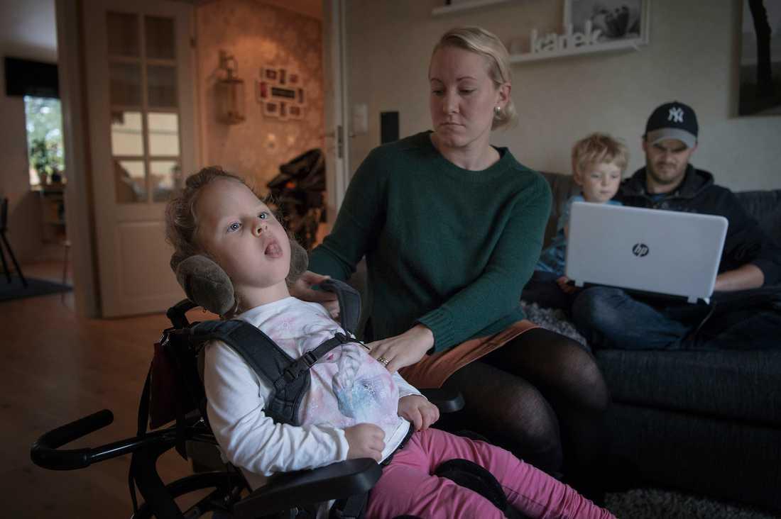 Elvira, 2,5, är blind och svårt hjärnskadad. Ändå tycker Försäkringskassan att all omvårdnad av Elvira är föräldrarnas fulla ansvar. Hon fick noll timmar i personlig assistans.
