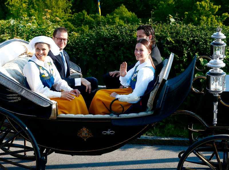 Heja Sverige!Nationaldagen firades som vanligt på Skansen, men den här gången fick Daniel och Victoria sällskap av Carl Philip och Sofia i vagnen.