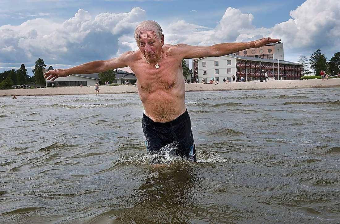 ANDRA BRA BADSTÄLLEN 2 Nordens riviera. Underbara sandstränder och långgrunt, så det norrländska isvattnet sår en sportslig chans att uppnå tolerabla temperaturer. Fast varmt i vattnet blir det förstås aldrig i Norrland. Men det finns alltid alternativa uppvärmningssätt. Bastu till exempel, då står man ut med vad som helst.Jan Sandberg, pensionär, passade på att ta sig ett dopp för två somrar sedan, när vattentempen nådde 25 grader.