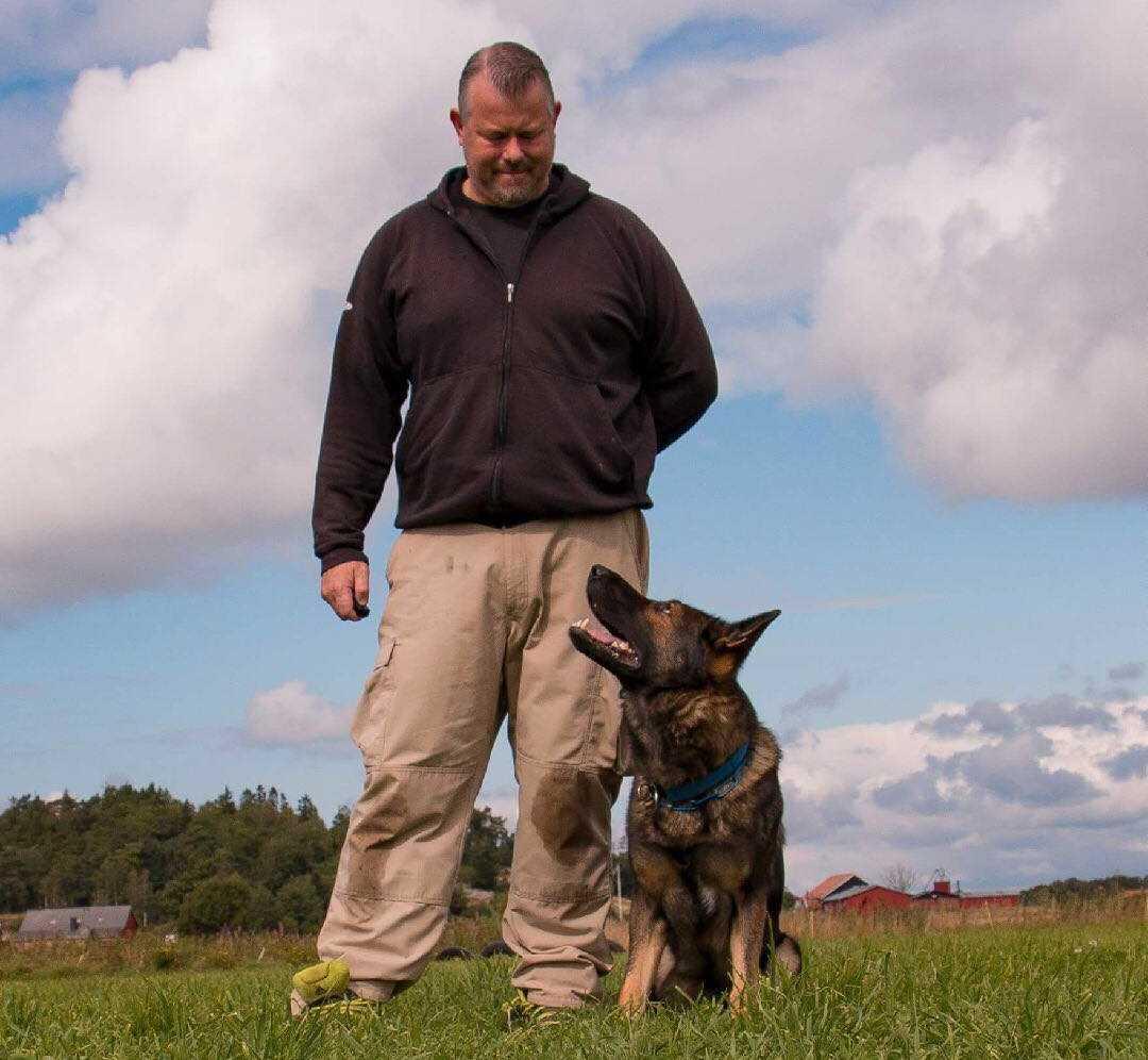 Jörgen och hunden Nisse spenderar 24 timmar om dygnet med varandra.