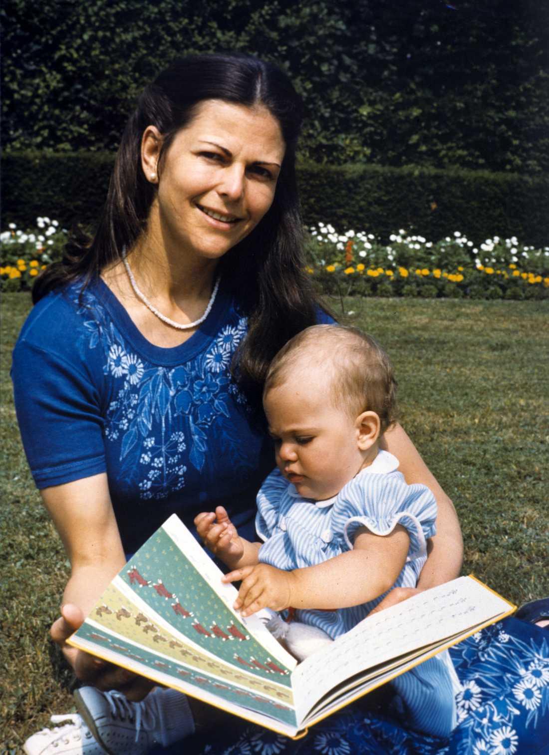 När man får barn, då är det ett nytt kapitel, säger Silvia om sina första år som drottning. Bilden på mor och dotter på Solliden har kungen tagit. Arkivbild.