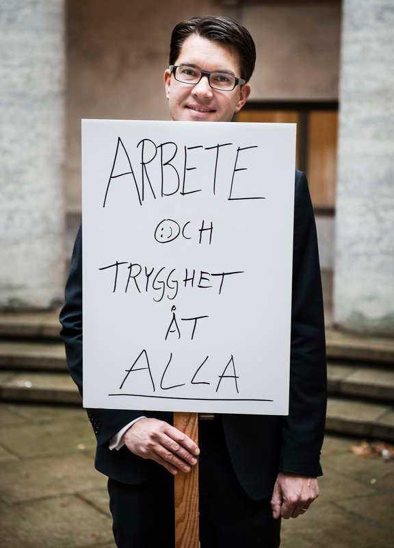 """Åkesson klämmer in en smiley och har dessutom huvudet på sned - mysfarbrorn Åkesson. Kanske kör de en mjukare linje detta valår. Intressant att """"alla"""" är understruket, kanske får invandrarna vara med på ett hörn i år?"""
