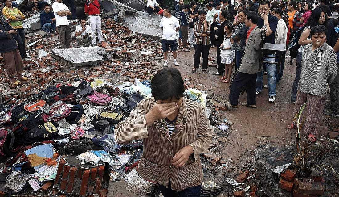 Kina, 14 april Skalvet mätte 7,1 på richterskalan och hade kunnat döda betydligt fler om det inte hade inträffat i ett otillgängligt och glest befolkat området nära gränsen till Tibet. 2 700 människor dödades och 12 000 skadades, varav 1 500 mycket allvarligt.