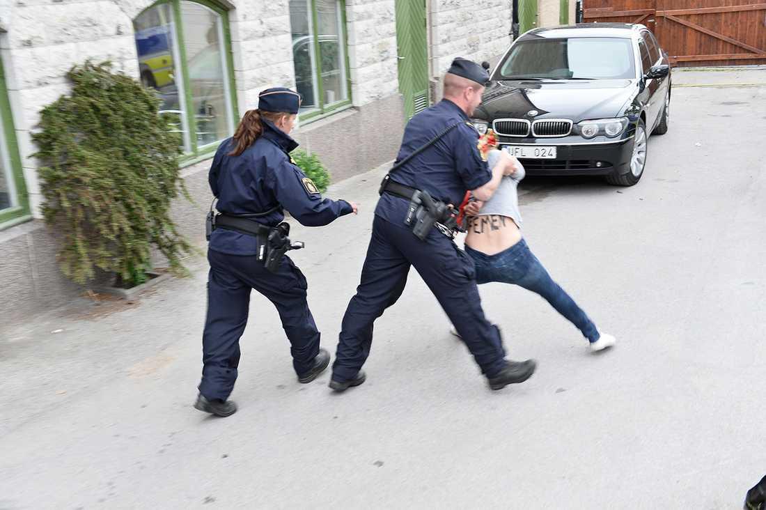 Aktivisten Jenny Wenhammar förs bort av polis.