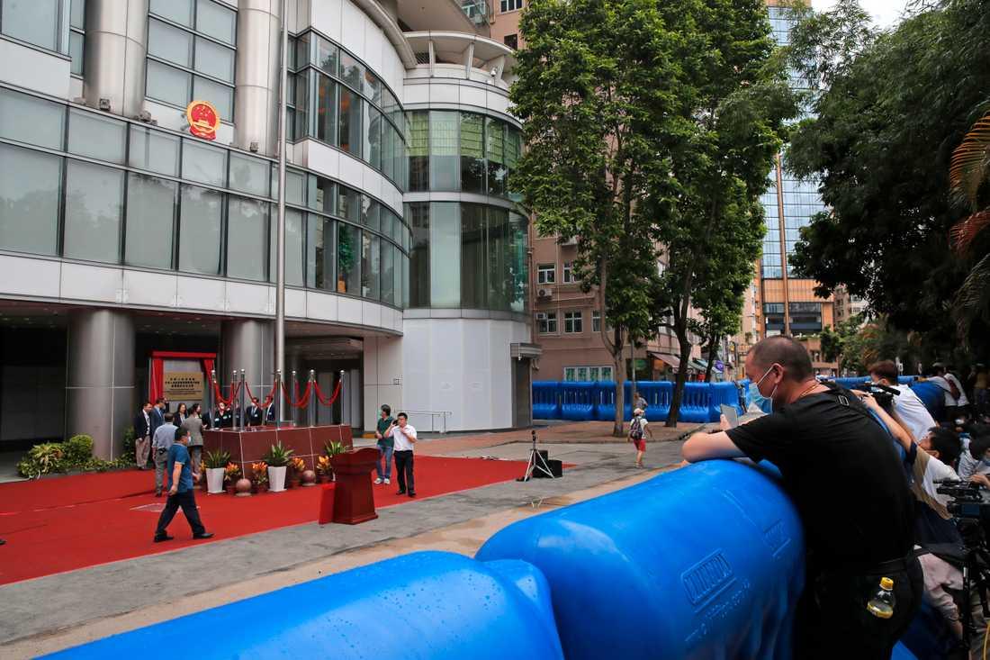 Vattenfyllda barriärer omgärdar Kinas nya agentkontor i Hongkong.