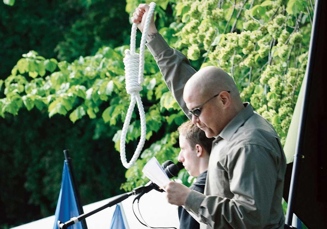 Pär Öberg från Nordiska motståndsrörelsen håller tal.