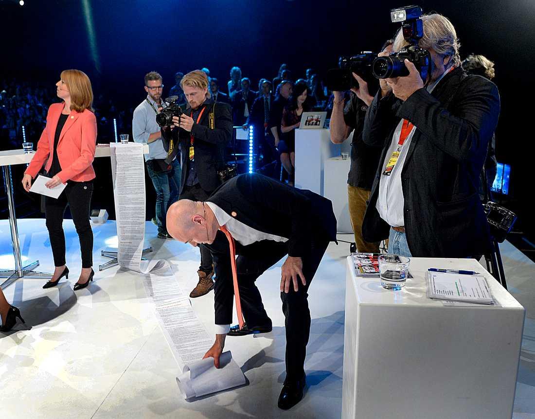 Statsminister Fredrik Reinfeldt städar upp sig efter debatten.