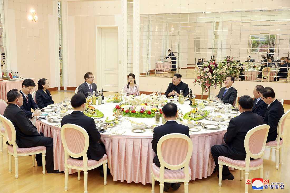 En sydkoreansk delegation har varit på plats i Pyongyang och ätit middag med diktatorn Kim Jong-Un.