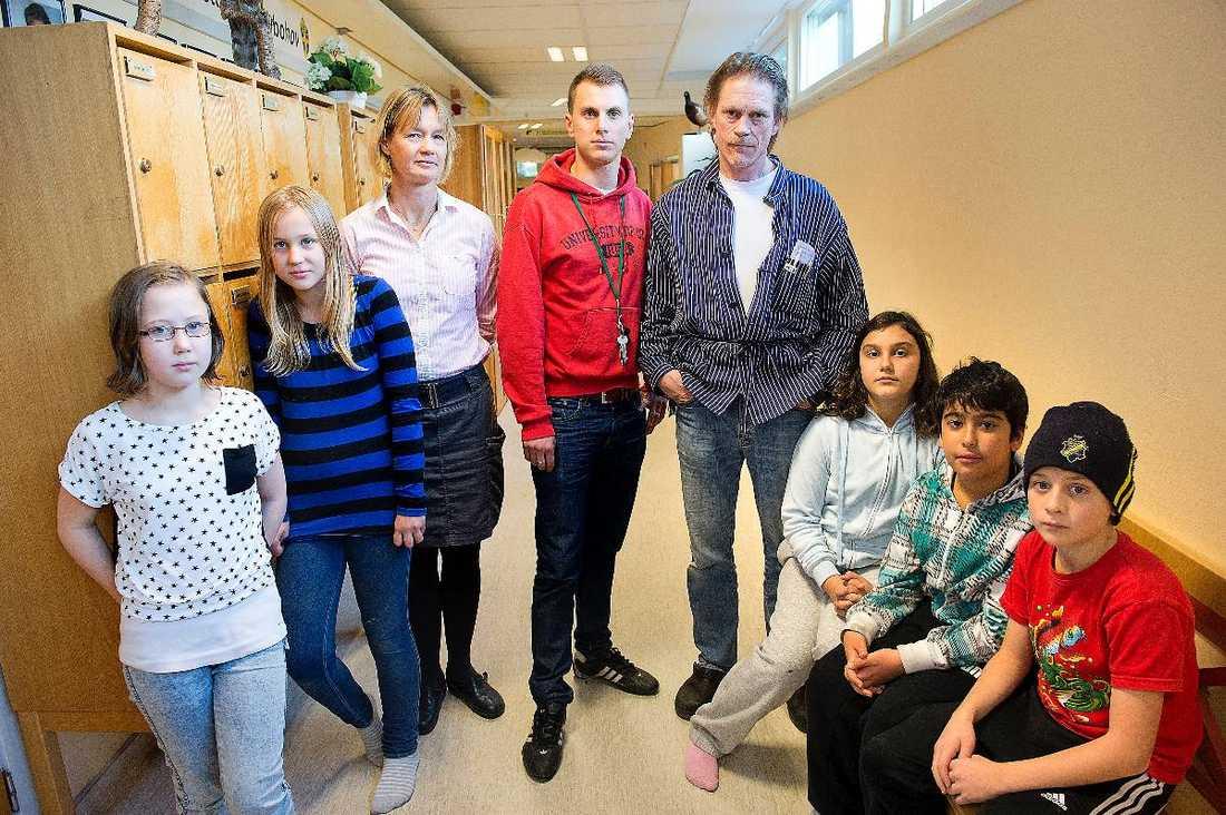 Elever och lärare Nybohovskolan i södra Stockholm. Här får lärarna sämre lön än sina kollegor i välbeställda Bromma.