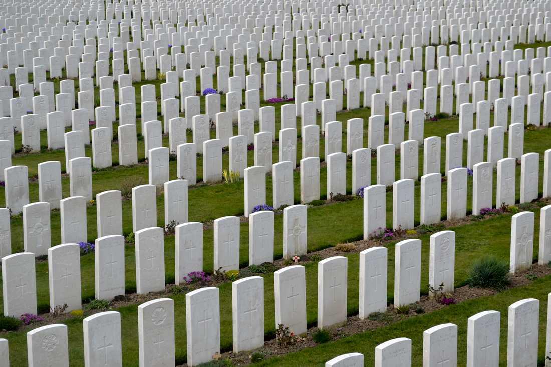 Runt Ypern i västra Belgien finns otaliga monument och kyrkogårdar från första världskriget. På Tyne Cot-kyrkogården ligger kvarlevorna av 12000 soldater – merparten oidentifierade. På minnestavlorna hedras ytterligare 30000 döda, vars kvarlevor aldrig hittats.