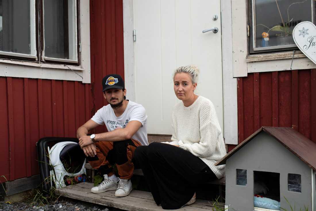 """Syskonen Mommie och Patricia Persson bor nära Storsandskär. """"Jag är fortfarande i chock"""", säger Patricia."""