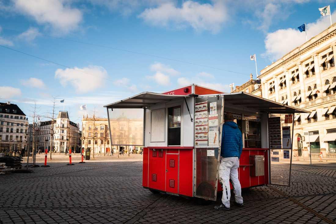 I pandemitider är det mindre att göra i korvvagnarna. Den här heter Emmis Place, och står på Kongens Nytorv i Köpenhamn.