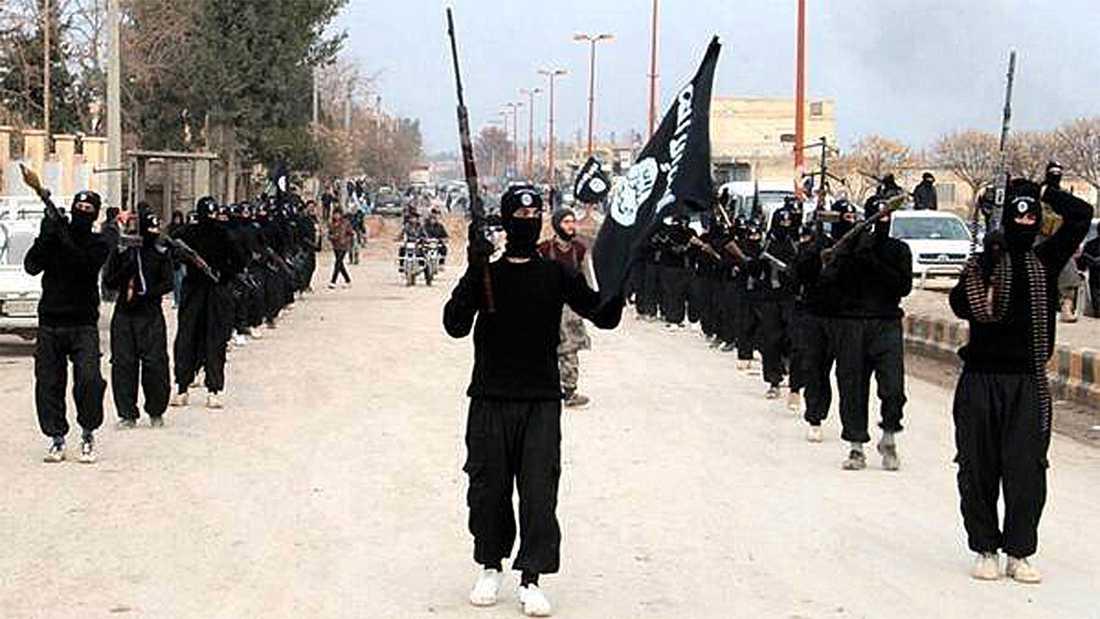 Skräckgruppen Den jihadistiska terrororganisationen Islamiska staten på marsch i syriska staden Raqqa. Foto: AP
