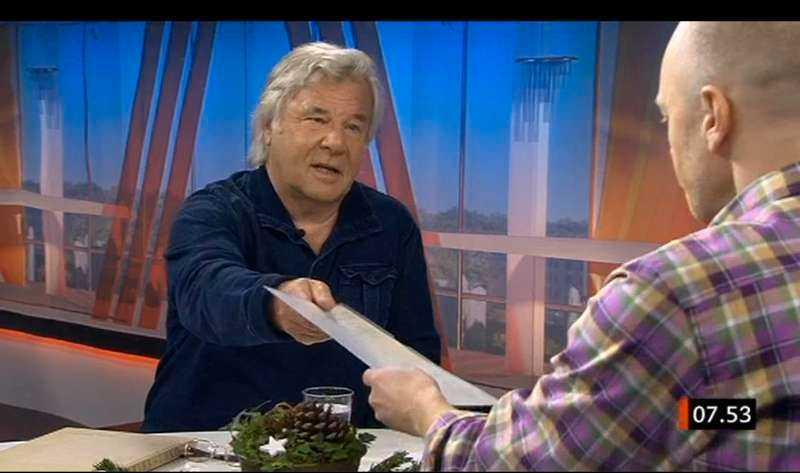 """I SVT:s """"Gomorron Sverige"""" i tisdags visade Jan Guillou flera felaktigheter i journalisten och författaren Paul Frigyes bok om honom. Bland annat kunde Guillou dementera uppgiften om relegering genom att visa upp sitt (utmärkta) slutbetyg från Solbacka. Norstedts förlag meddelade omedelbart att hela upplagan av """"Höjd över varje misstanke"""" skulle återkallas."""