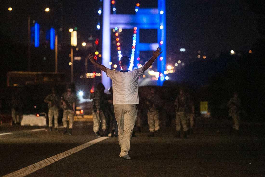 En man går med utsträckta armar mot militären som blockerat Bosphorusbron i Istanbul.