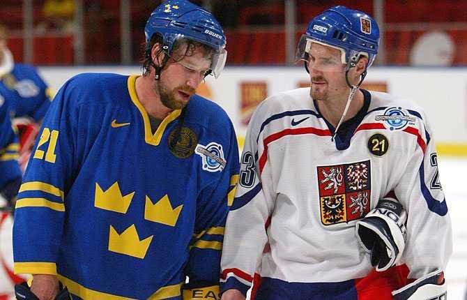 WORLD CUP Turneringen blev en besvikelse för Tre Kronor som föll med klara 1 6 mot Tjeckien i kvartsfinal. Forsbergs samtalar med lagkamraten i Colorado Milan Hejduk efter förlusten.