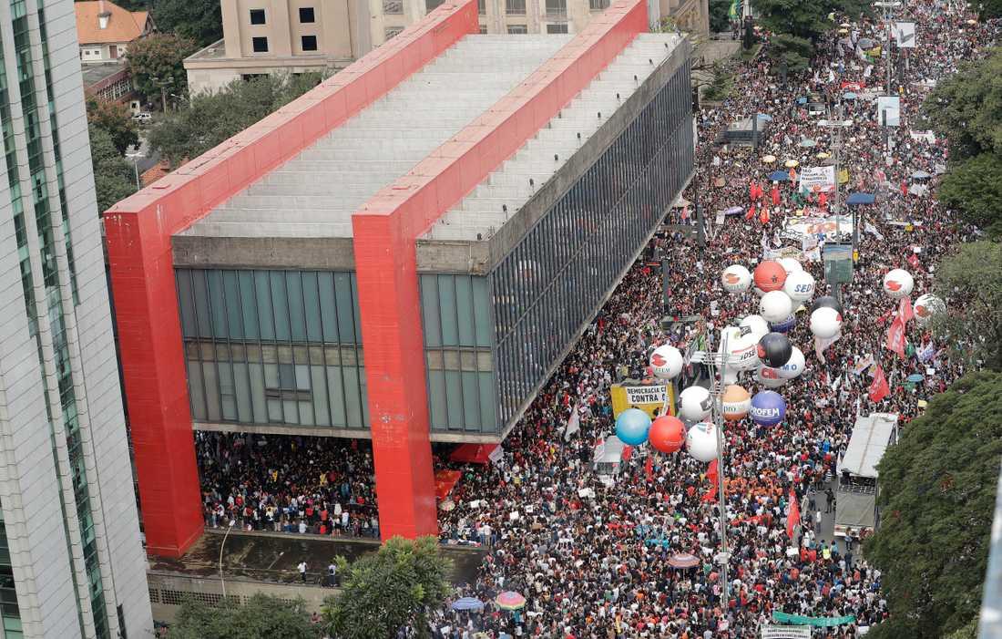 Bolsonaro-kritiska folkmassor på São Paulos paradgata Avenida Paulista på onsdagen.