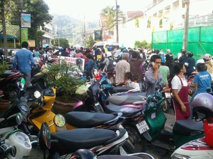 En tsunamivarning har utfärdats i stora delar av Indiska oceanen.Här sätter sig människor i säkerhet i Phuket.