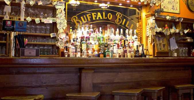 På baren Buffalo Bill i Tblisi beställde några av  kriminalvårdarna in shotsbrickor som de gick omkring och bjöd på, enligt internutredningen.