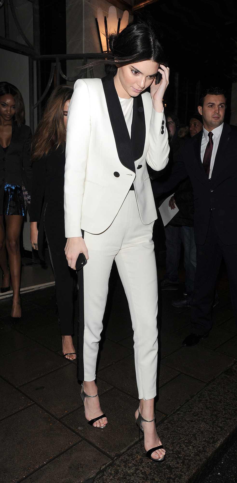 Kendall Jenner Vit kostym med svarta detaljer. Kendall körde på en supersnygg och cool outfit när hon skulle på middag i London.