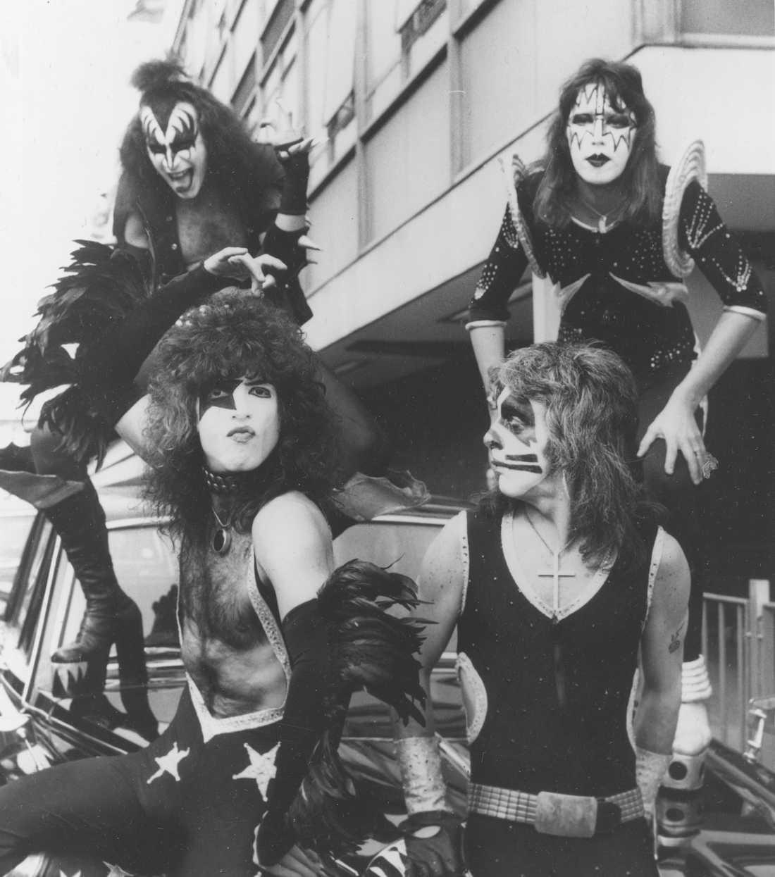 Kiss på Heathrow  i London 12 maj 1976: Gene Simmons, Ace Frehley, Paul Stanley och  Peter Criss.