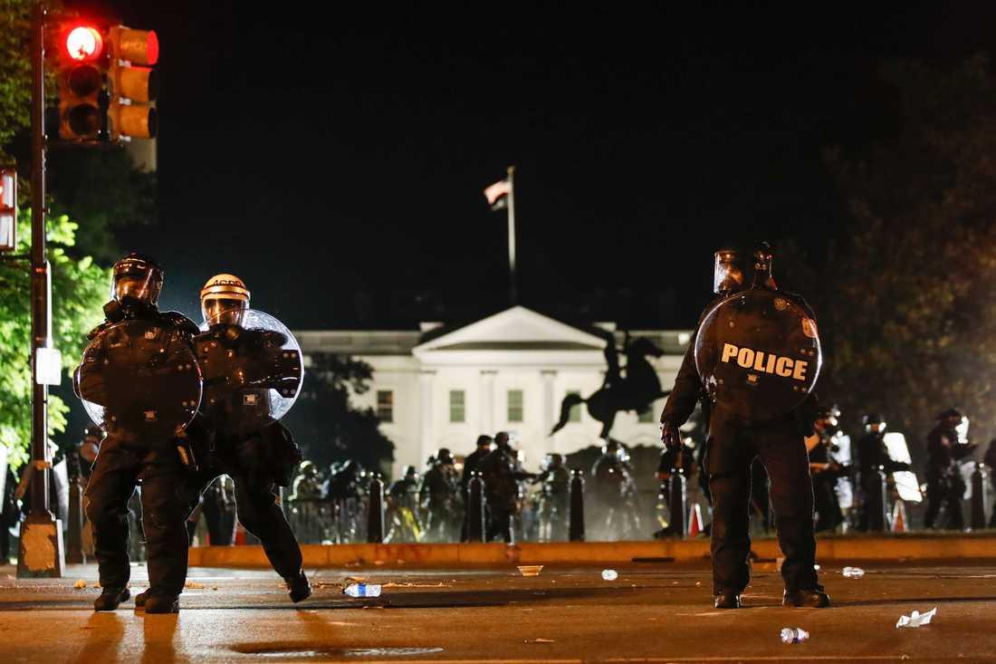 Polis utanför Vita huset i Washington under söndagskvällen.
