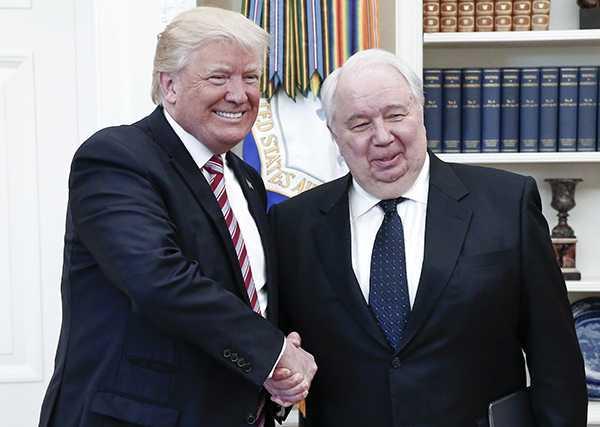 Trump med den ryske ambassadören han uppges ha läckt information till.