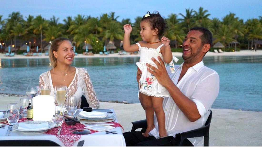 Elena Belle med maken Michael Theanne och dottern Luna.