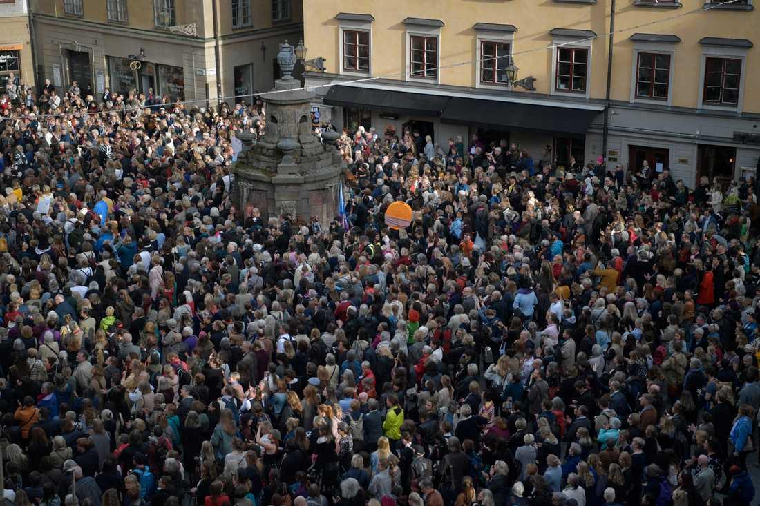 """Folkmassan skanderare """"Avgå alla""""."""