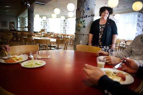 """""""En flaskhals i vardagen"""" På Edsboskolan i Trångsund ska 850 elever hinna äta lunch under en och en halv timme – i en matsal med plats för 370 platser. Rektor Margareta Grahn säger att det är en situation som elever och personal vant sig vid."""