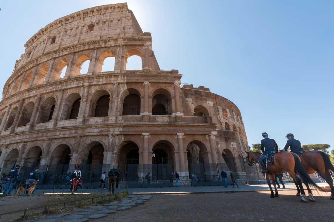 Poliser patrullerade utanför Colosseum i Rom när besöksmålet öppnade igen efter att ha varit stängt i över två månader.