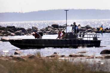SKAKAS AV HÄNDELSEN Prins Carl Philip och hans flickvän Emma var ute i en båt när de såg en okänd man komma simmande. Kungafamiljens väktare slog larm direkt och ringde polis.