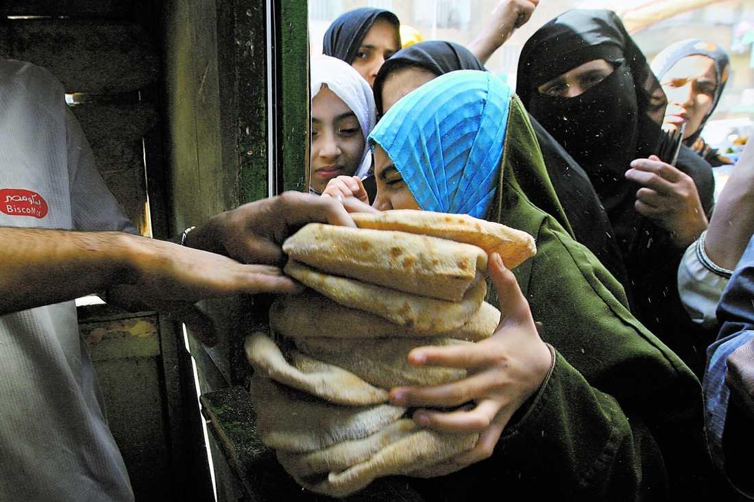 timSlånga köer Egypten är ett av de länder som drabbats värst av de höjda matpriserna. En stor del av befolkningen är beroende av billigt, statssubventionerat bröd för att överleva. Myndigheterna har nu svårt att förse bagerierna med tillräckligt mycket mjöl.