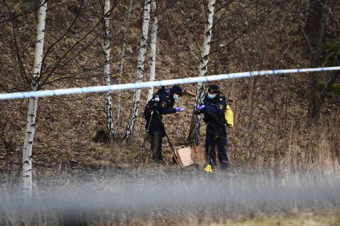 Enligt uppgifter till Aftonbladet hittades brottsoffret i ett dike.