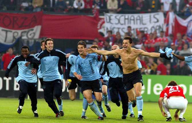 Under sin första säsong med Ajax vann Zlatan ligan och cupen. Här jublar Zlatan efter segern mot FC Utrecht i cupfinalen 12 maj 2002.