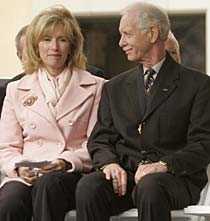 Sullenberger fick ta emot applåder för sin hjältebragd vid en ceremoni i Danville, Kalifornien. Vid sin sida hade han hustrun Lorrie.
