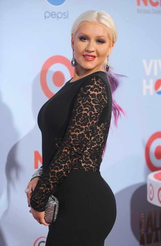 – Det är troligt att hon plastikopererat sig. De har tagit bort fett från midjan och istället lagt det på rumpan, säger Dr Garo Kassabian till den amerikanska tidningen, enligt entertainmentwise.com.