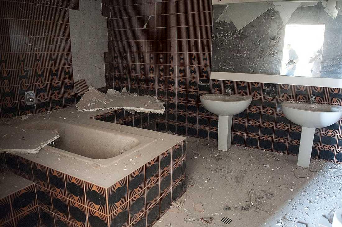Gaddafis toalett  Nästan alla sovrum i palatsen har egna badrum med inbyggda badkar, dubbla handfat, toaletter, bidéer och stora speglar. Här är ett 70-talsinspirerat badrum i svart och orange.