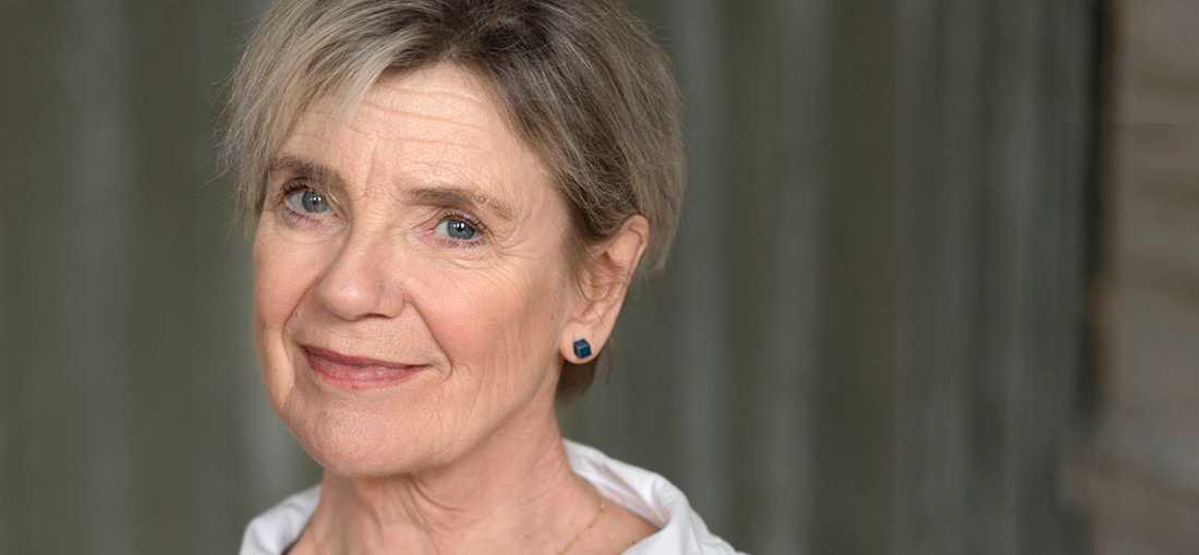 """Skådespelaren Stina Ekblad (f. −54) debuterar som författare med """"Här brusar strömmen förbi""""."""