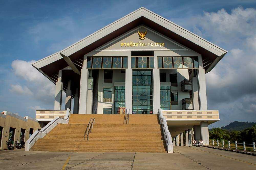 Här i domstolen på Koh Samui tvingades Linda möta den åtalade våldtäktsmannen igen.