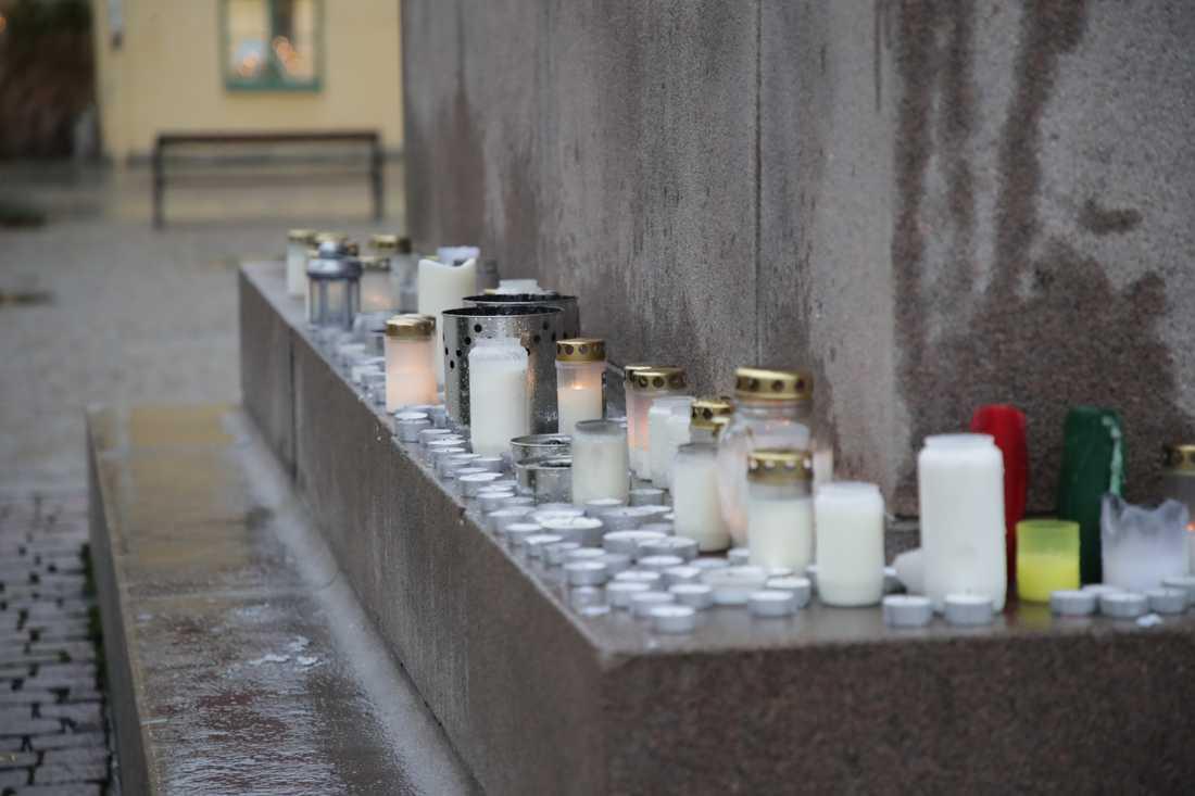 Ljus tända på Kungstorget i Uddevalla vid en spontan minnesplats för den saknade 17-åringen. Alla hoppas att hon fortfarande är vid liv.